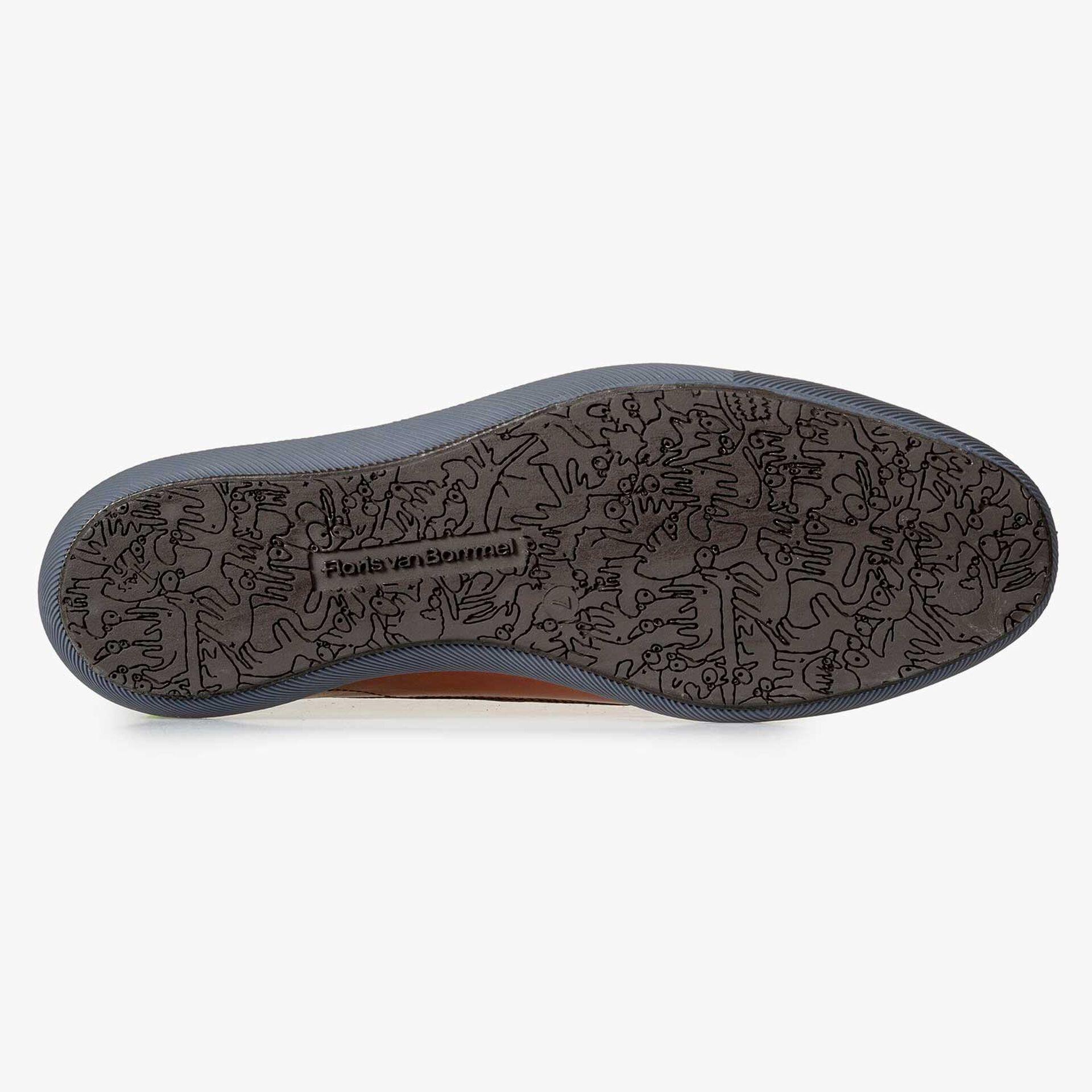 Cognac-coloured lace shoe with sportive trim lines