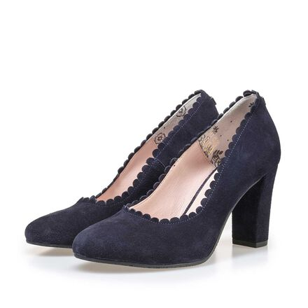 Calf's suede leather pumps finished with a round toe cap